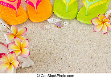 gek worden afgangen, in het zand, met, doppen, en, frangipani, flowers., summertime, op, strand, concept.