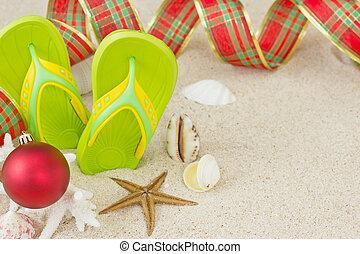 gek worden afgangen, in het zand, met, doppen, en, kerstmis, decoration., kerstmis, summertime, op, strand, concept.