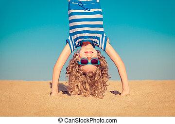 gekke , de status van het kind, ondersteboven, op, zandig strand