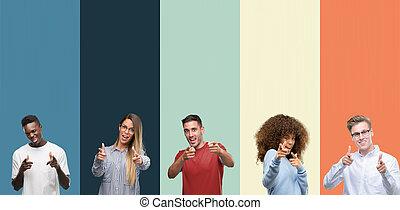 gekke , goed, groep, wijzende, mensen, ouderwetse , op, vingers, vibes., kleuren, fototoestel, achtergrond, face., energie, vrolijke