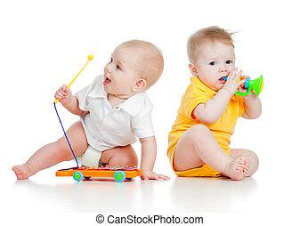 gekke , jongen, baby met, muzikalisch, toys., vrijstaand, op wit, achtergrond