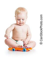 gekke , kind gespeel, met, muzikalisch, speelgoed, vrijstaand, op wit, achtergrond