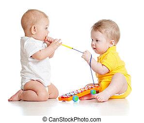 gekke , kinderen spelende, met, muzikalisch, toys., vrijstaand, op wit, bac