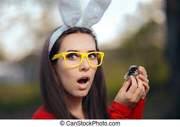 gekke , opgewekte, vrouw, met, konijn oor, vasthouden, paaskuiken