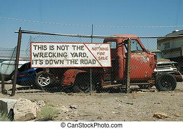 gekke , oude vrachtwagen, meldingsbord