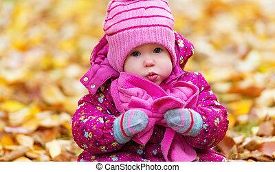 gekke , vrolijke , baby meisje, kind, buitenshuis, in het park, in, herfst