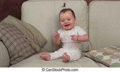 gekke , zittende , sofa, het watergolven hands, baby, het glimlachen
