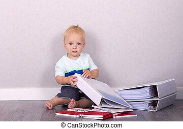 gekke , zittende , vloer, het kijken, fototoestel, boekjes , toddler