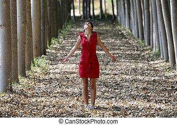 geklede, peinzende vrouw, bos, rood