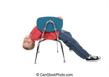 gelangweilte kind junge schule seine aus junger h ngt zur ck aussehen stuhl. Black Bedroom Furniture Sets. Home Design Ideas