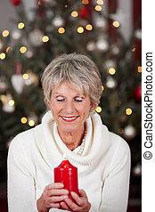 gelassen, dame, mit, a, weihnachtskerze