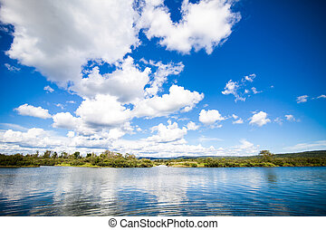 gelassen, fluß, und, erstaunlich, blauer himmel