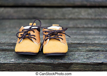 gelber , baby, stiefeln, schließen, auf., kind, schuhe, auf, holzbank, in, der, park.