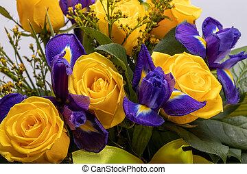 gelber , blaues, blumengebinde, schöne , rosen, iris, ...
