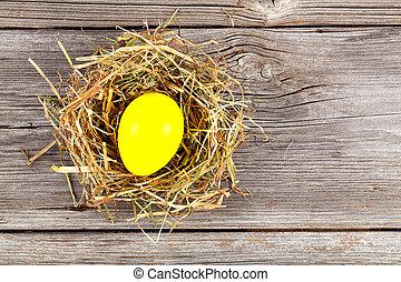 gelber , osterei, in, nest, auf, weinlese, hölzern, hintergrund