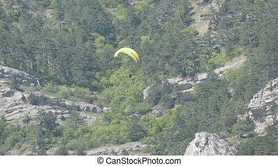 gelber , paraglider, mit, orange streifen, fliegt, in, a,...