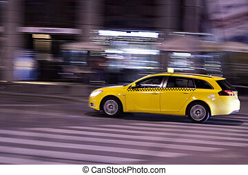 gelbes taxi, bewegt, auf, der, nacht, stadtstraße