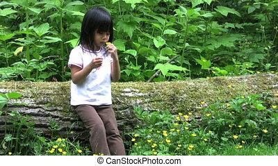 gele, af het breken bloemen, klein meisje