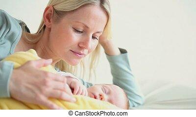 gele deken, vasthoudende baby, vrouw
