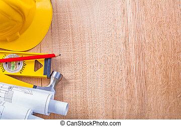 gele, hardhat, gerolde, witte , blauwdruken, niveau, rood potlood, en, klauw