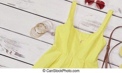 gele kleding, met, licht, accessories.