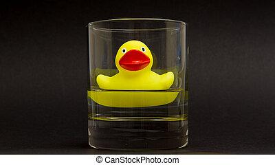 gele rubbereend, in, een, whiskyglass