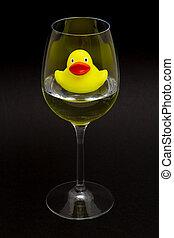 gele rubbereend, in, een, wijnglas