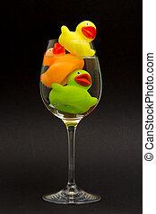 gele, sinaasappel, en, groene, badeend, in, een, wijnglas