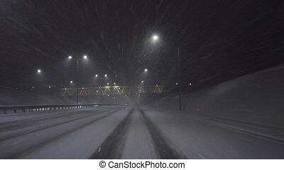 geleider, op, de, snelweg, op de avond, in, de, sneeuw