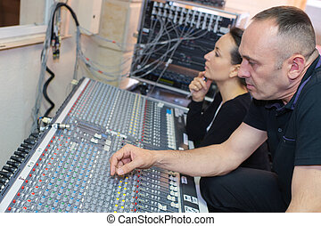 geluid, werkende , opnamestudio, het mengen van paneel, ingenieurs