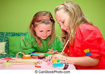 gelukkig glimlachen, kinderen spelende, tekening, en, vervaardiging, ambacht, klassikaal, op, kindergarden, school