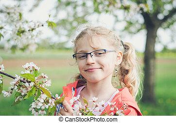 gelukkig glimlachen, meisje, in, bril, en, bloeien, takje, van, boompje