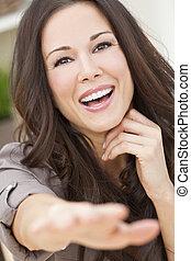 gelukkig glimlachen, mooie vrouw, reiken, naar de camera