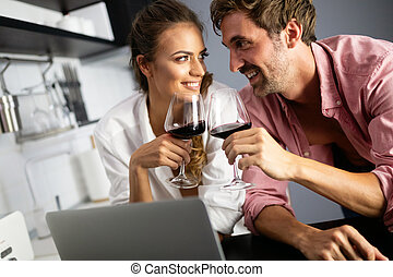 gelukkig huis, paar, het glimlachen, gebruikende laptop