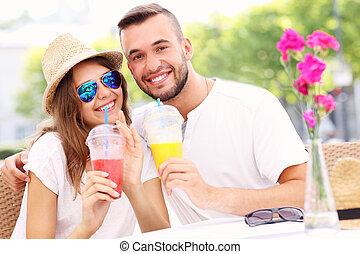 gelukkig paar, drinkt, smoothies, in, een, buiten, koffiehuis