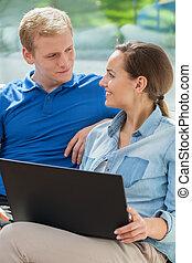 gelukkig paar, gebruik, internet, thuis