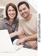 gelukkig paar, gebruikende laptop, computer, thuis