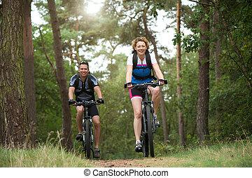 gelukkig paar, het genieten van, een, bike rit, buitenshuis