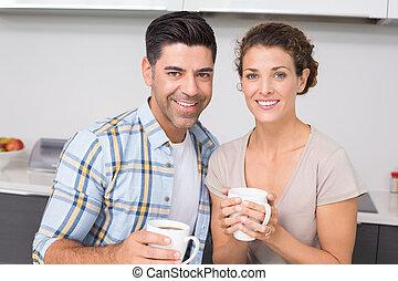 gelukkig paar, het hebben van koffie, het glimlachen, aan fototoestel