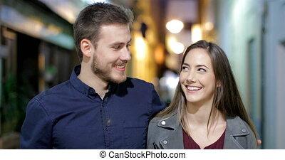 gelukkig paar, het lopen en het spreken, in, de, nacht