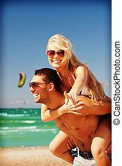 gelukkig paar, in, zonnebrillen, op het strand