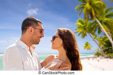 gelukkig paar, in, zonnebrillen, op, tropisch strand