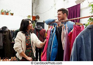 gelukkig paar, op, uitstekende kledingsopslag, hanger