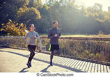 gelukkig paar, rennende , buitenshuis