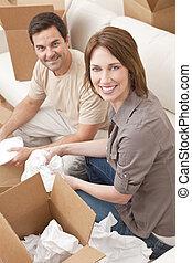 gelukkig paar, uitpakken, of, pakking, dozen, bewegend huis