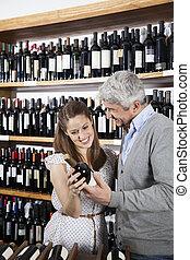 gelukkig paar, vasthouden, wijn fles, in, supermarkt