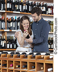 gelukkig paar, vasthouden, wijn fles, in, winkel