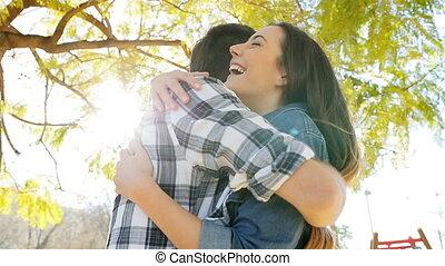 gelukkig paar, vergadering, en, het koesteren, in, een, park