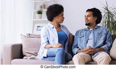 gelukkig paar, zitten op sofa, en, klesten, thuis