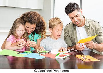 gelukkige familie, doen, kunstnijjverheid, samen, aan tafel